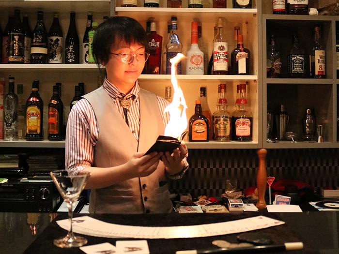 炎が出るマジックをする男性マジシャン