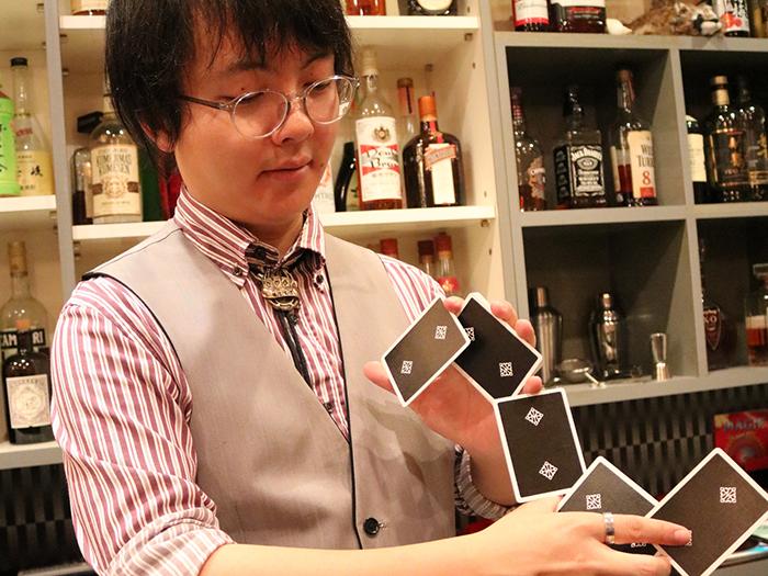 トランプマジックを披露する男性マジシャン