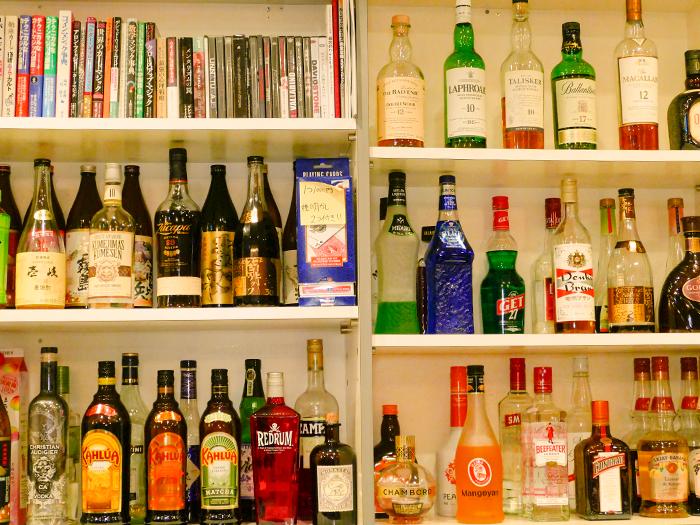 棚に並んだお酒のボトル